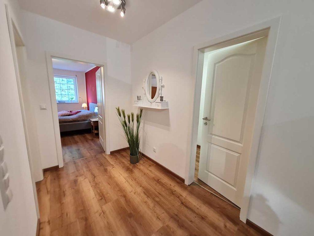 Moderne-FeWo-Heidetraum-2Z-Flur-Schlafzimmer-85qm-Ferienwohnung-Lueneburger-Heide-Niedersachsen-Heideort-Luenzen-Schneverdingen-Ferienhof-Reiterhof