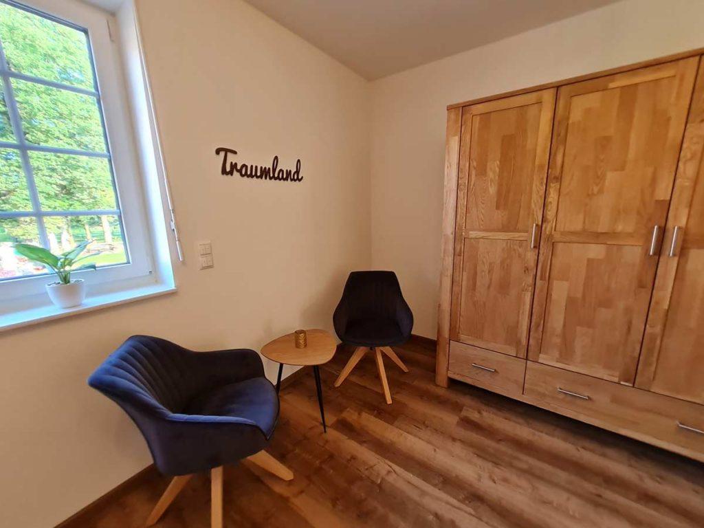 Moderne-FeWo-Landliebe-2z-Schlafzimmer-Kleiderschrank-Sitzecke-85qm-Ferienwohnung-Lueneburger-Heide-Niedersachsen-Heideort-Luenzen-Schneverdingen-Ferienhof-Reiterhof