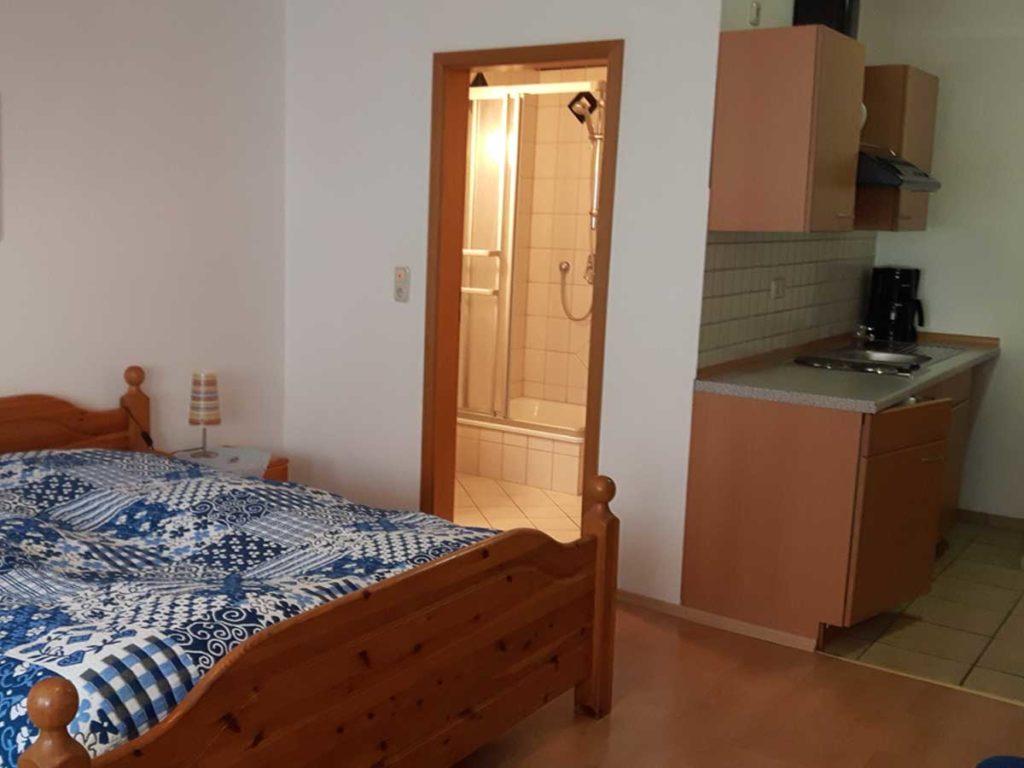 Gemuetliche-FeWo-Spatzennest-1Z-Doppelbett-Singlekueche-Badezimmer-26qm-Ferienwohnung-Lueneburger-Heide-Niedersachsen-Heideort-Luenzen-Schneverdingen-Ferienhof-Reiterhof