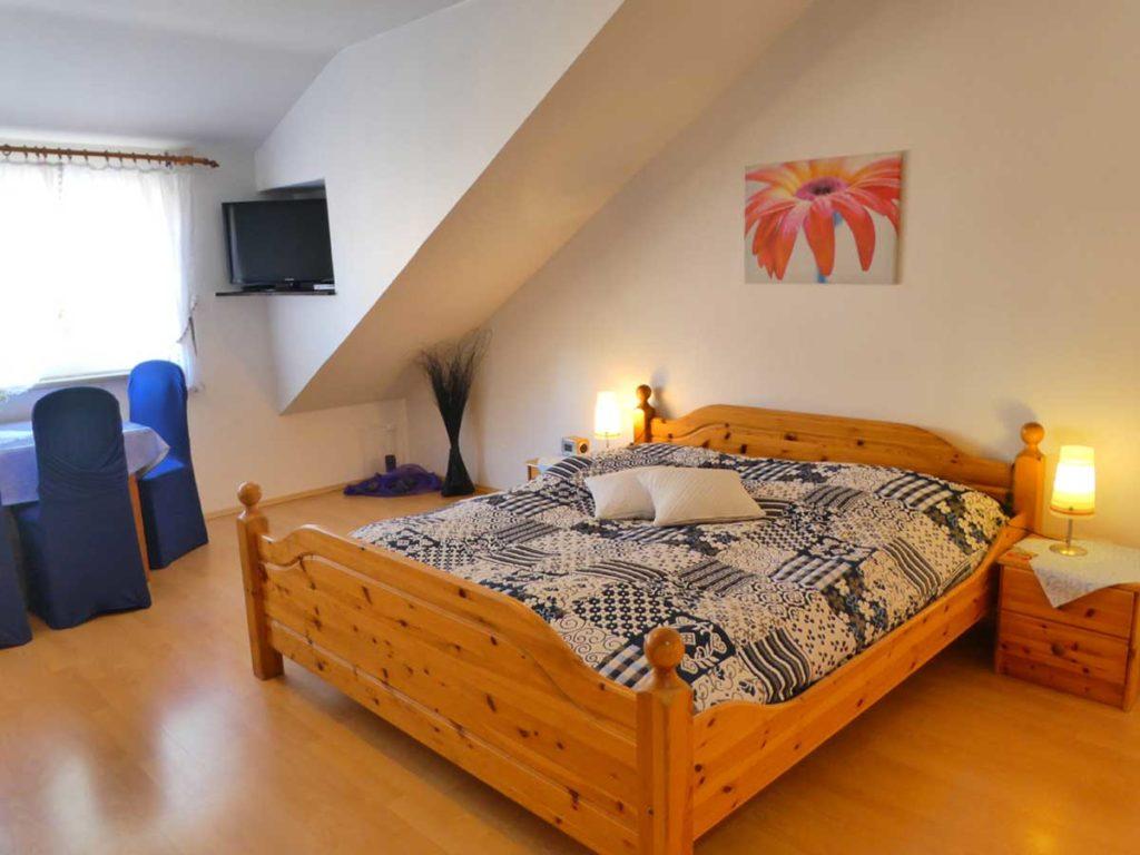 Gemuetliche-FeWo-Spatzennest-1Z-Doppelbett-Sitzecke-2-Personen-26qm-Ferienwohnung-Lueneburger-Heide-Niedersachsen-Heideort-Luenzen-Schneverdingen-Ferienhof-Reiterhof