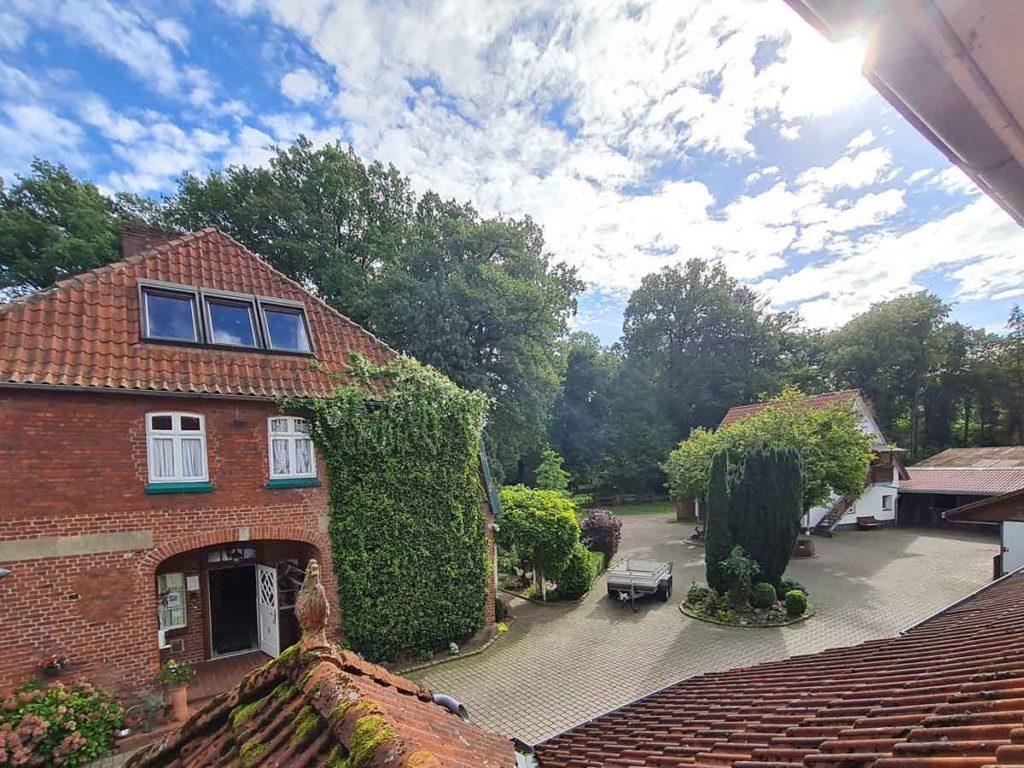 Hofblick-Ausblick-Innenhof-Moderne-FeWo-1Z-3-Personen-40qm-Ferienwohnung-Lueneburger-Heide-Niedersachsen-Heideort-Luenzen-Schneverdingen-Ferienhof-Reiterhof