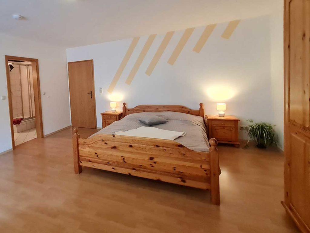 Hofblick-Doppelbett-Badezimmer-Moderne-FeWo-1Z-3-Personen-40qm-Ferienwohnung-Lueneburger-Heide-Niedersachsen-Heideort-Luenzen-Schneverdingen-Ferienhof-Reiterhof