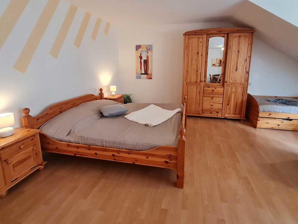 Hofblick-Doppelbett-Kleiderschrank-Moderne-FeWo-1Z-3-Personen-40qm-Ferienwohnung-Lueneburger-Heide-Niedersachsen-Heideort-Luenzen-Schneverdingen-Ferienhof-Reiterhof
