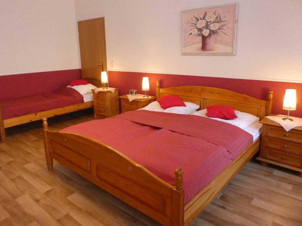 Schoene-FeWo-Am-Reiterstuebchen-2Z-Schlafzimmer-Doppelbett-Bett-75qm-Ferienwohnung-Lueneburger-Heide-Niedersachsen-Heideort-Luenzen-Schneverdingen-Ferienhof-Reiterhof