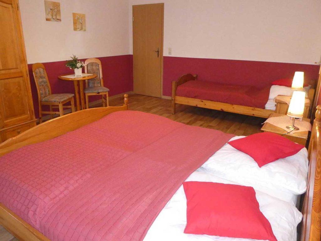 Schoene-FeWo-Am-Reiterstuebchen-2Z-Schlafzimmer-Doppelbett-Tisch-75qm-Ferienwohnung-Lueneburger-Heide-Niedersachsen-Heideort-Luenzen-Schneverdingen-Ferienhof-Reiterhof