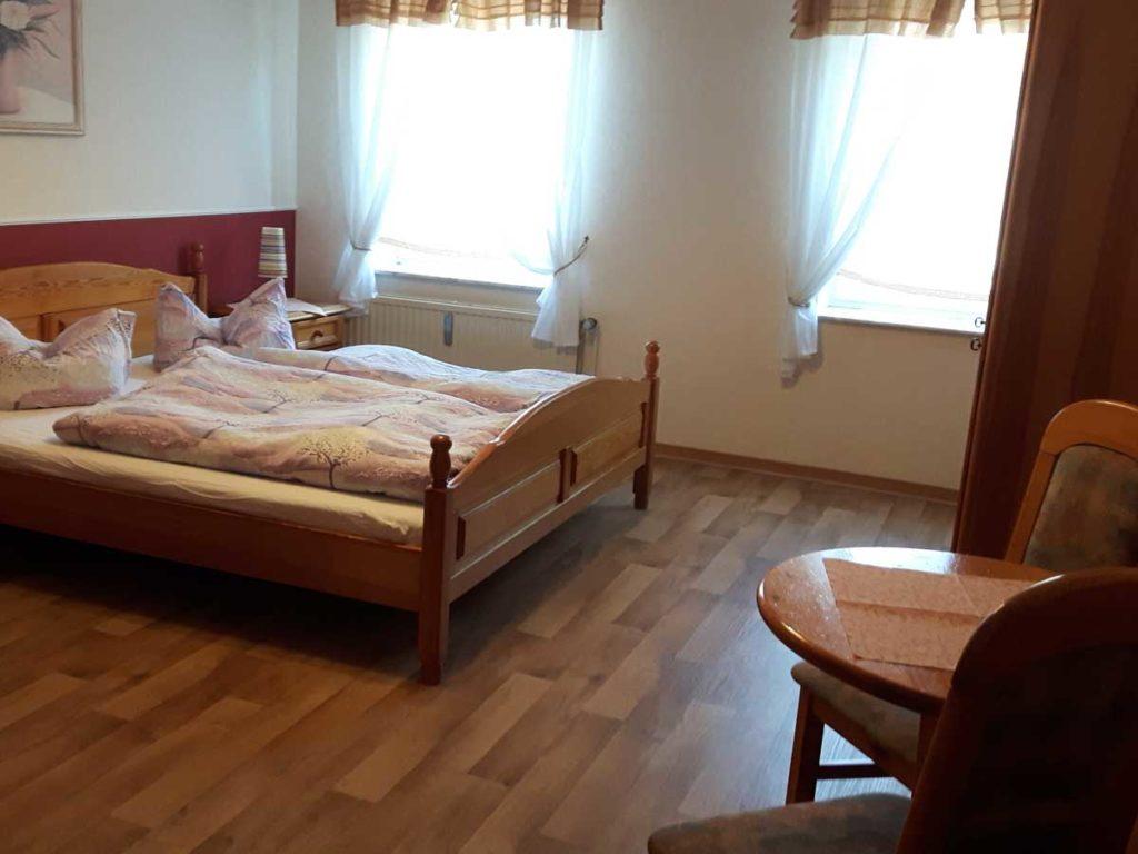 Schoene-FeWo-Am-Reiterstuebchen-2Z-Schlafzimmer-Tisch-Doppelbett-75qm-Ferienwohnung-Lueneburger-Heide-Niedersachsen-Heideort-Luenzen-Schneverdingen-Ferienhof-Reiterhof