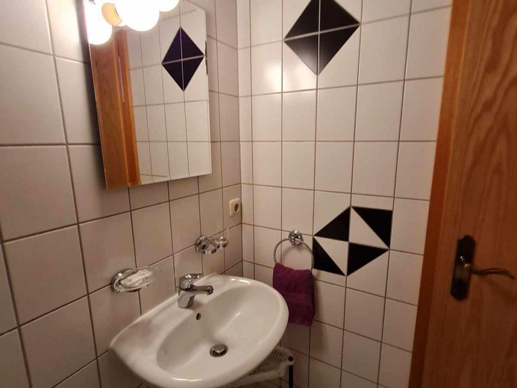 Zimmer-Doppelzimmer-Badezimmer-Balkon-Gartenblick-Dusche-WC-26qm-Ferienwohnung-Lueneburger-Heide-Niedersachsen-Heideort-Luenzen-Schneverdingen-Ferienhof-Reiterhof