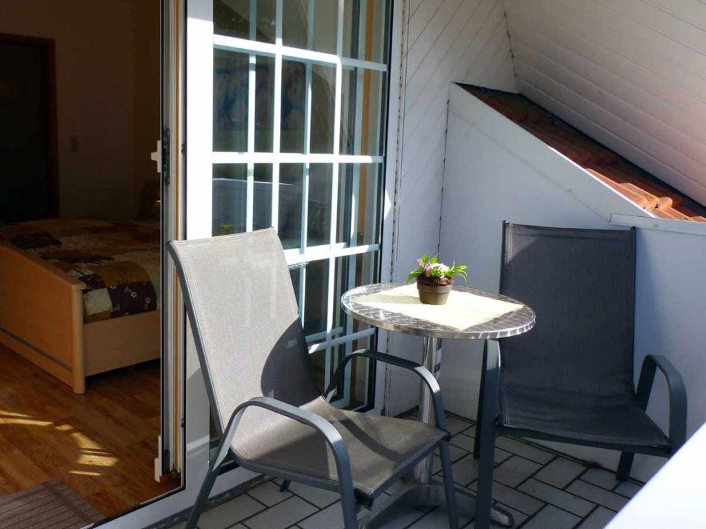 Zimmer-Doppelzimmer-Balkon-Tisch-Stuehle-Badezimmer-Dusche-WC-26qm-Ferienwohnung-Lueneburger-Heide-Niedersachsen-Heideort-Luenzen-Schneverdingen-Ferienhof-Reiterhof