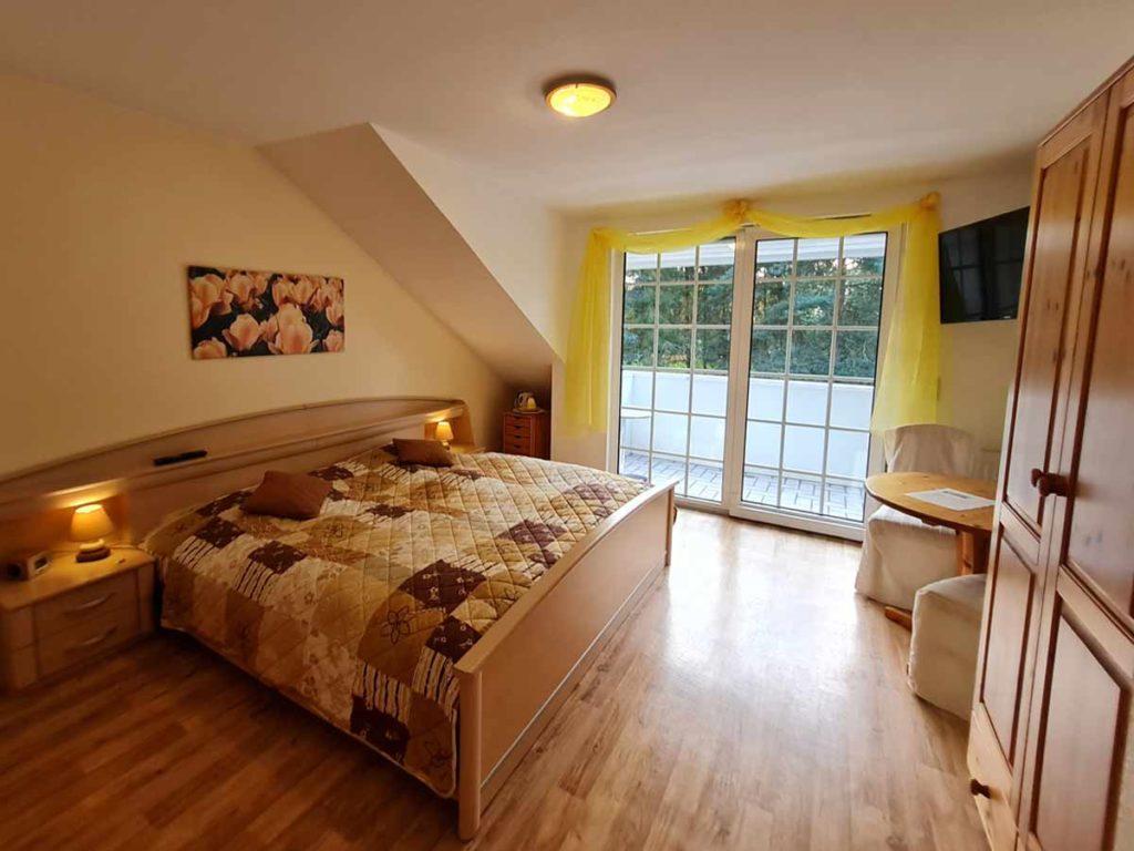 Zimmer-Doppelzimmer-Doppelbett-Balkon-Badezimmer-Dusche-WC-26qm-Ferienwohnung-Lueneburger-Heide-Niedersachsen-Heideort-Luenzen-Schneverdingen-Ferienhof-Reiterhof