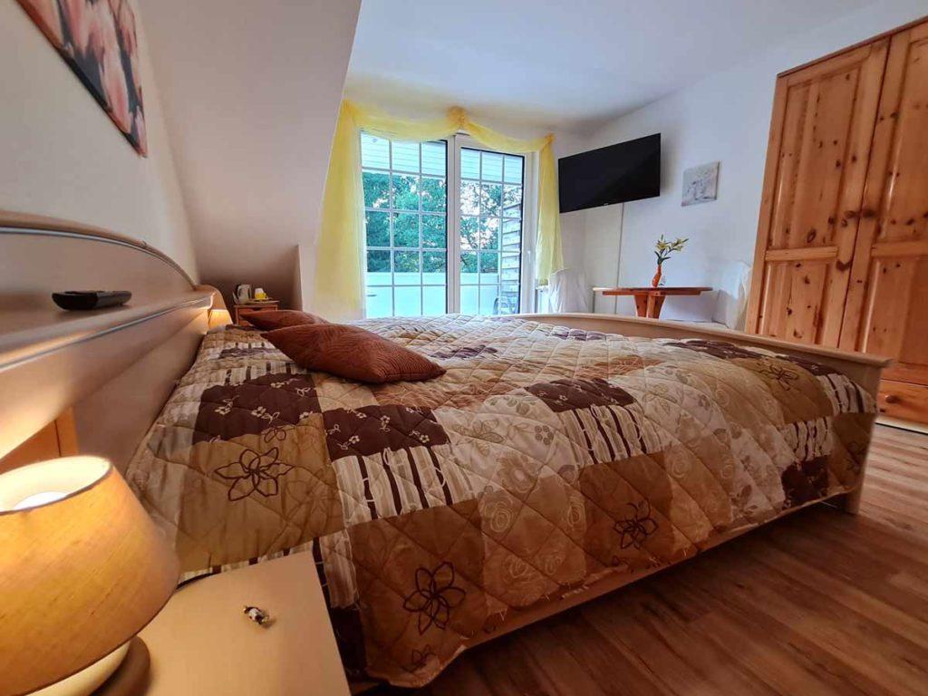 Zimmer-Doppelzimmer-Kleiderschrank-Balkon-Badezimmer-Dusche-WC-26qm-Ferienwohnung-Lueneburger-Heide-Niedersachsen-Heideort-Luenzen-Schneverdingen-Ferienhof-Reiterhof