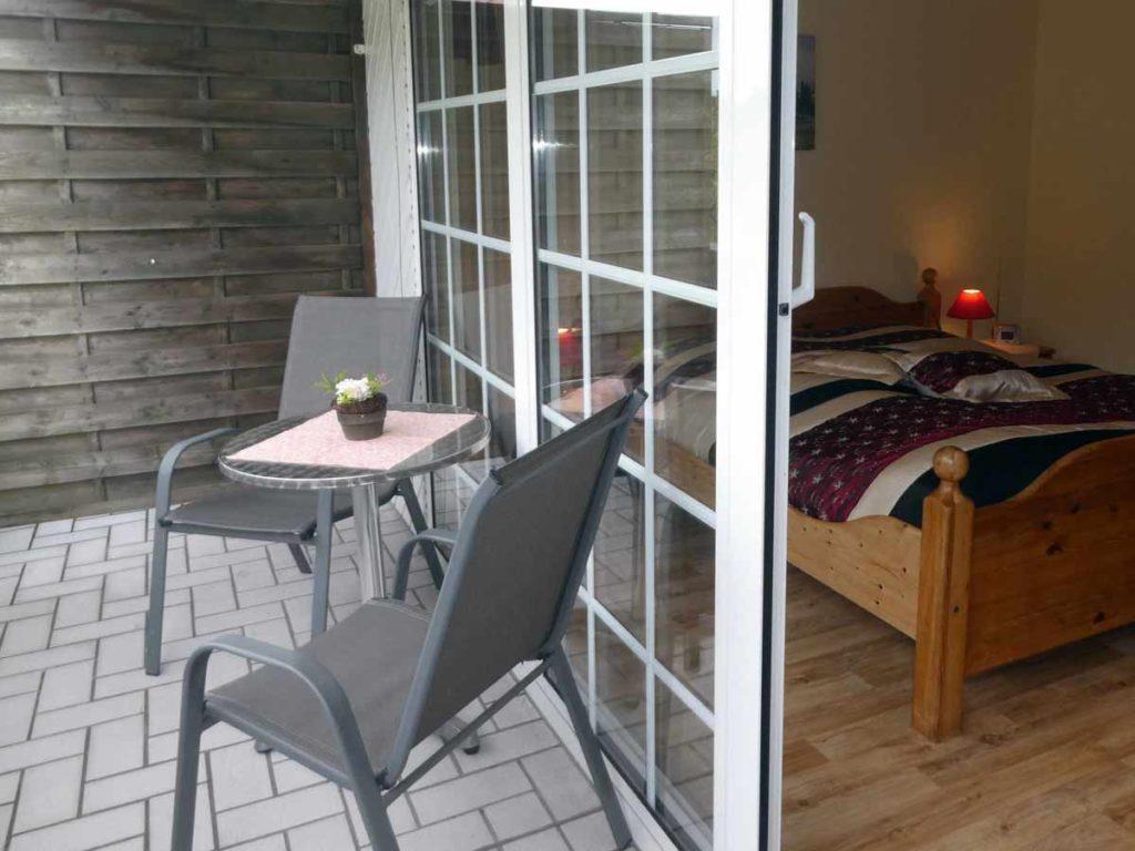 Zimmer-Einzelzimmer-Balkon-Sitzecke-Badezimmer-Dusche-WC-26qm-Ferienwohnung-Lueneburger-Heide-Niedersachsen-Heideort-Luenzen-Schneverdingen-Ferienhof-Reiterhof