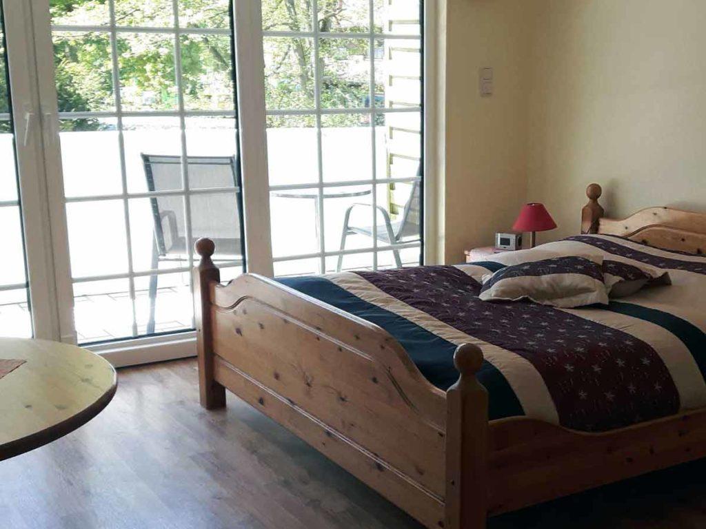 Zimmer-Einzelzimmer-Bett-Ausblick-Balkon-Badezimmer-Dusche-WC-26qm-Ferienwohnung-Lueneburger-Heide-Niedersachsen-Heideort-Luenzen-Schneverdingen-Ferienhof-Reiterhof
