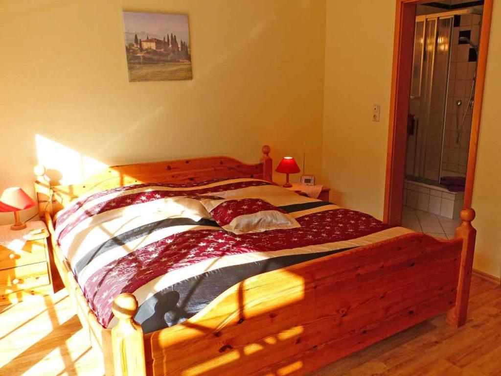 Zimmer-Einzelzimmer-Doppelbett-Balkon-Badezimmer-Dusche-WC-26qm-Ferienwohnung-Lueneburger-Heide-Niedersachsen-Heideort-Luenzen-Schneverdingen-Ferienhof-Reiterhof