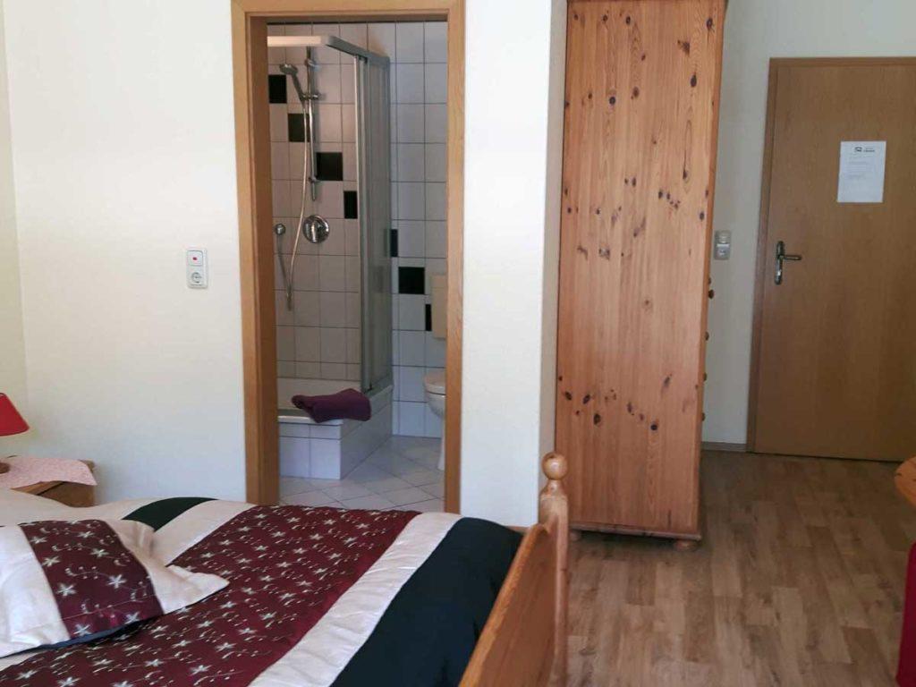 Zimmer-Einzelzimmer-Eingang-Balkon-Badezimmer-Dusche-WC-26qm-Ferienwohnung-Lueneburger-Heide-Niedersachsen-Heideort-Luenzen-Schneverdingen-Ferienhof-Reiterhof