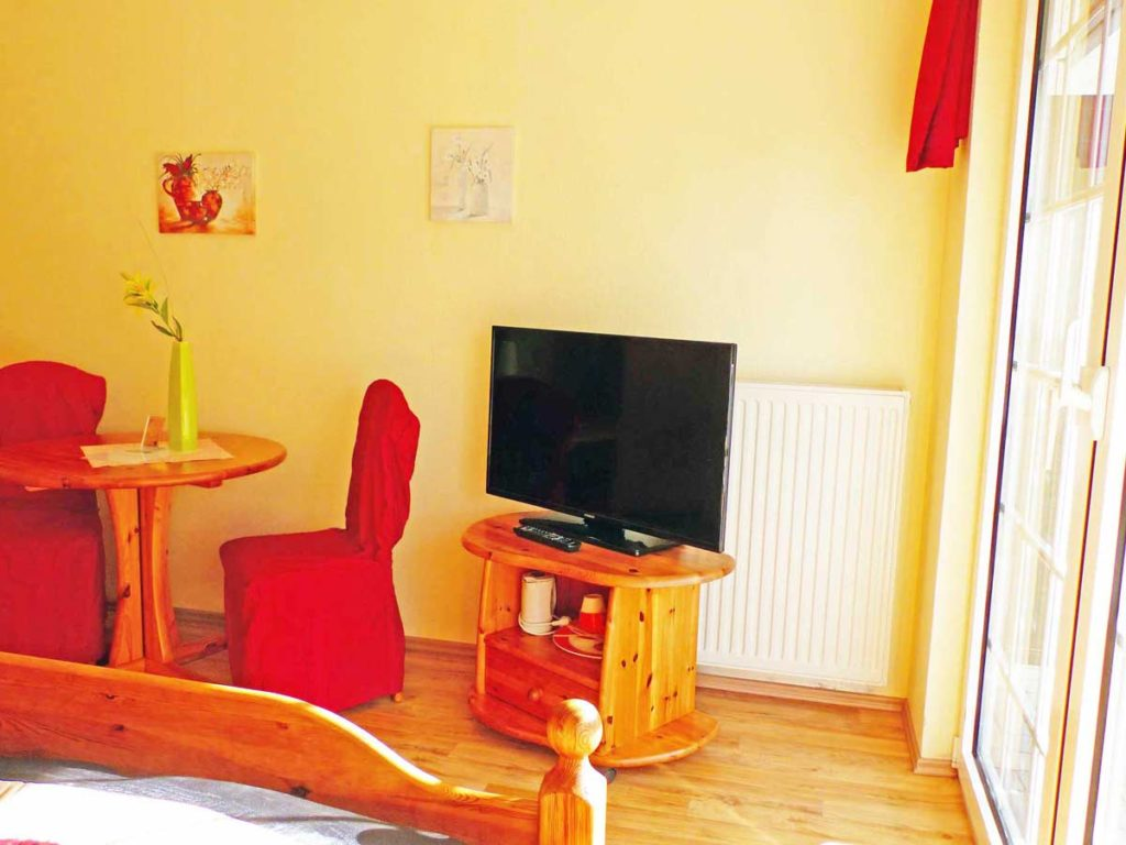Zimmer-Einzelzimmer-TV-Balkon-Blick-auf-Garten-Badezimmer-Dusche-WC-26qm-Ferienwohnung-Lueneburger-Heide-Niedersachsen-Heideort-Luenzen-Schneverdingen-Ferienhof-Reiterhof
